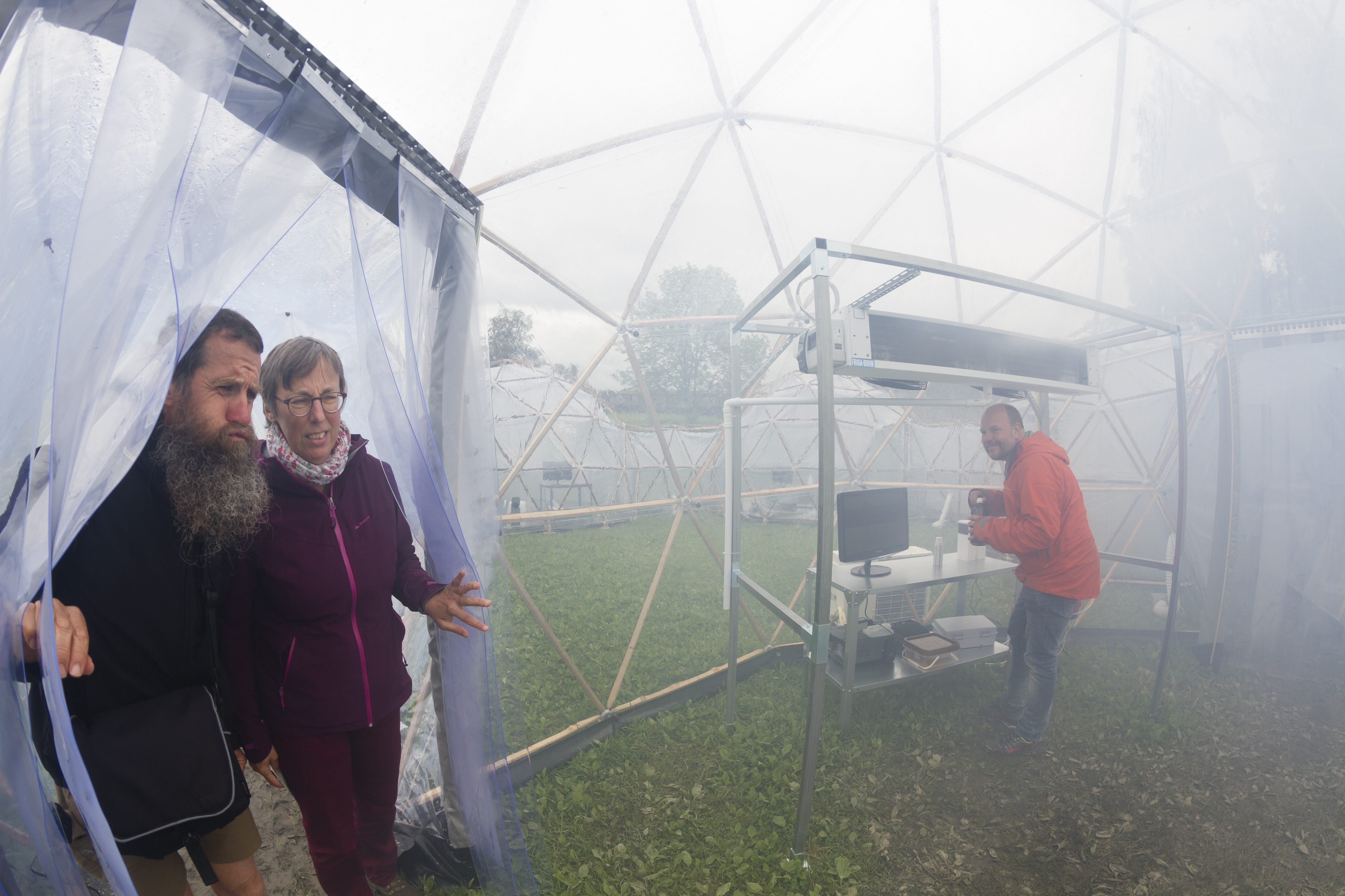 Trondheim 18.06.2017 : The science festival Starmus IV at NTNU, Trondheim, Norway. The Pollution Pods are six pods connected by hallways; each holding the atmosphere of one of the world's six most polluted cities. Hugo Verdoot and Annelies Michiels from Belgium enter as Christian Klöckner mix the medicin. Photo: Thor Nielsen / NTNU
